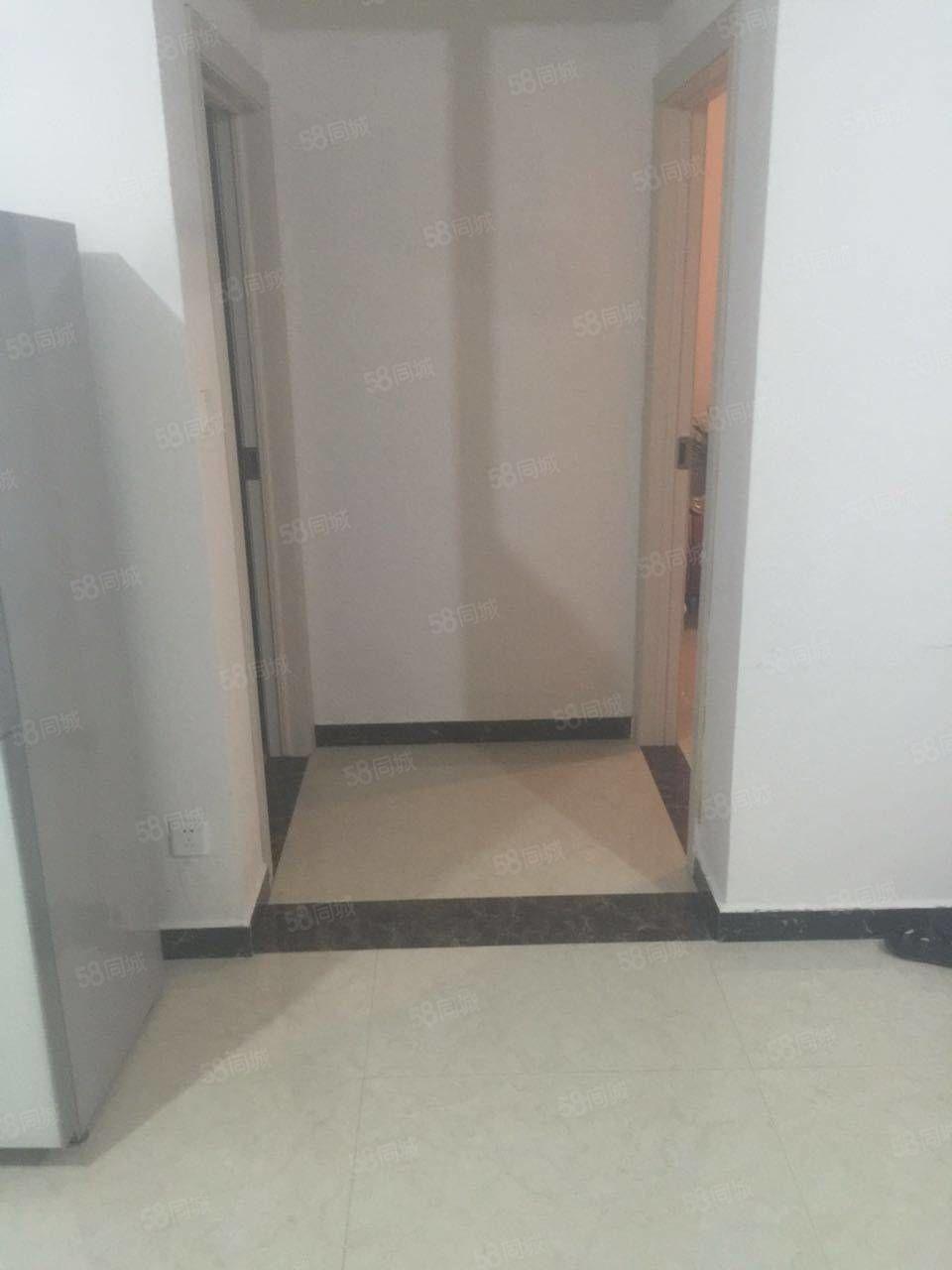 家具家电齐全,拎包入住,三室2厅。有储藏室。