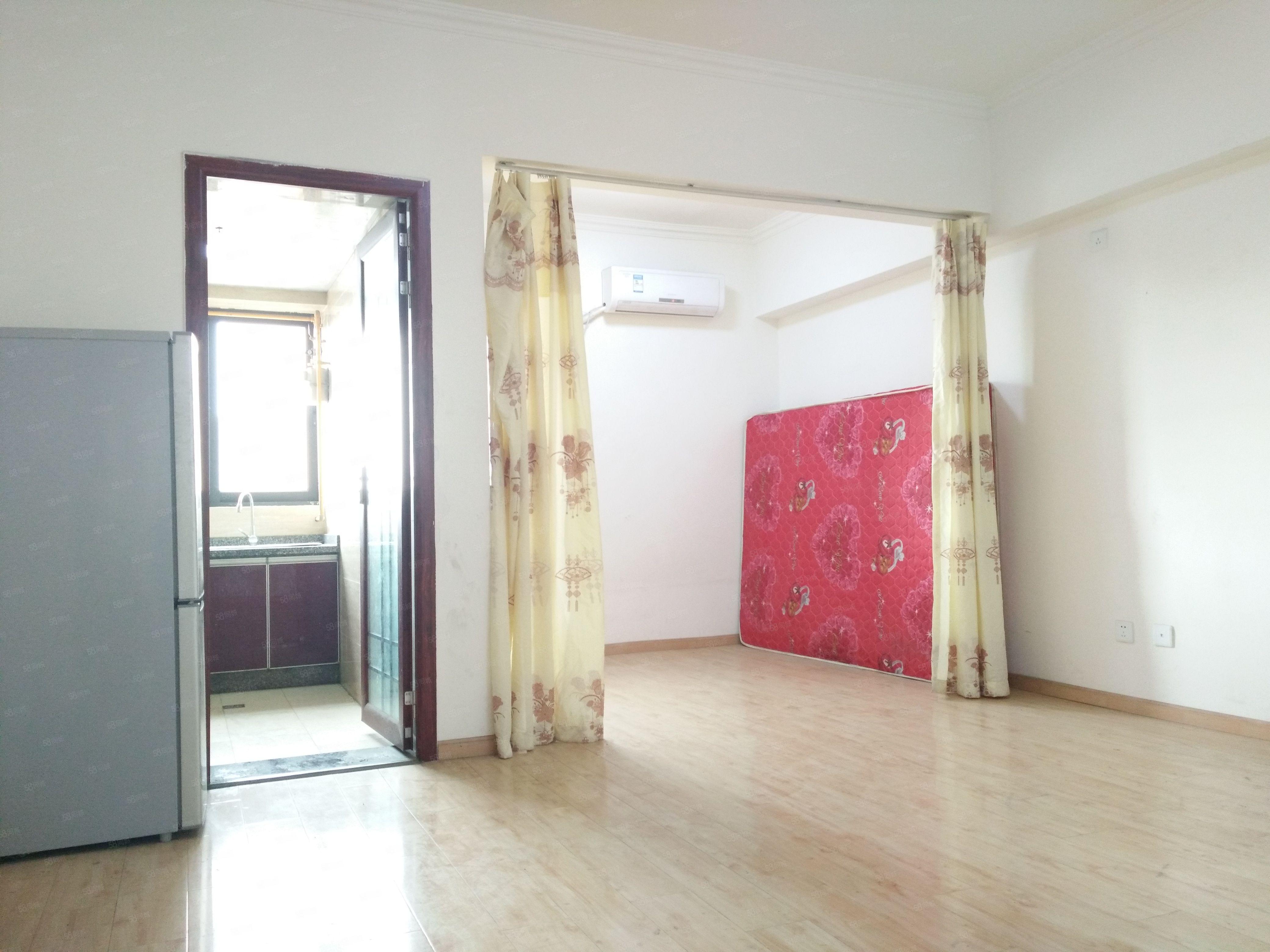 龙城国际一期套一。可配家具家电,对中庭,居家装修,可拎包入住