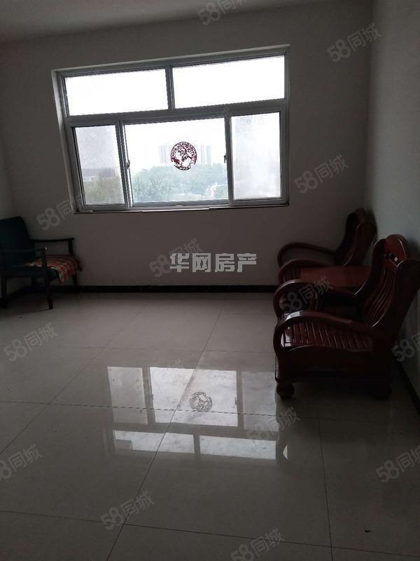 大三居,电梯房,精装修,价位低。楼位好,带部分家具