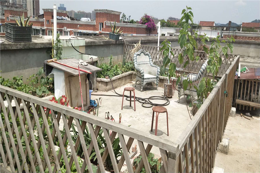 实小附近简装套二带楼顶花园户型方正采光良好南北通风