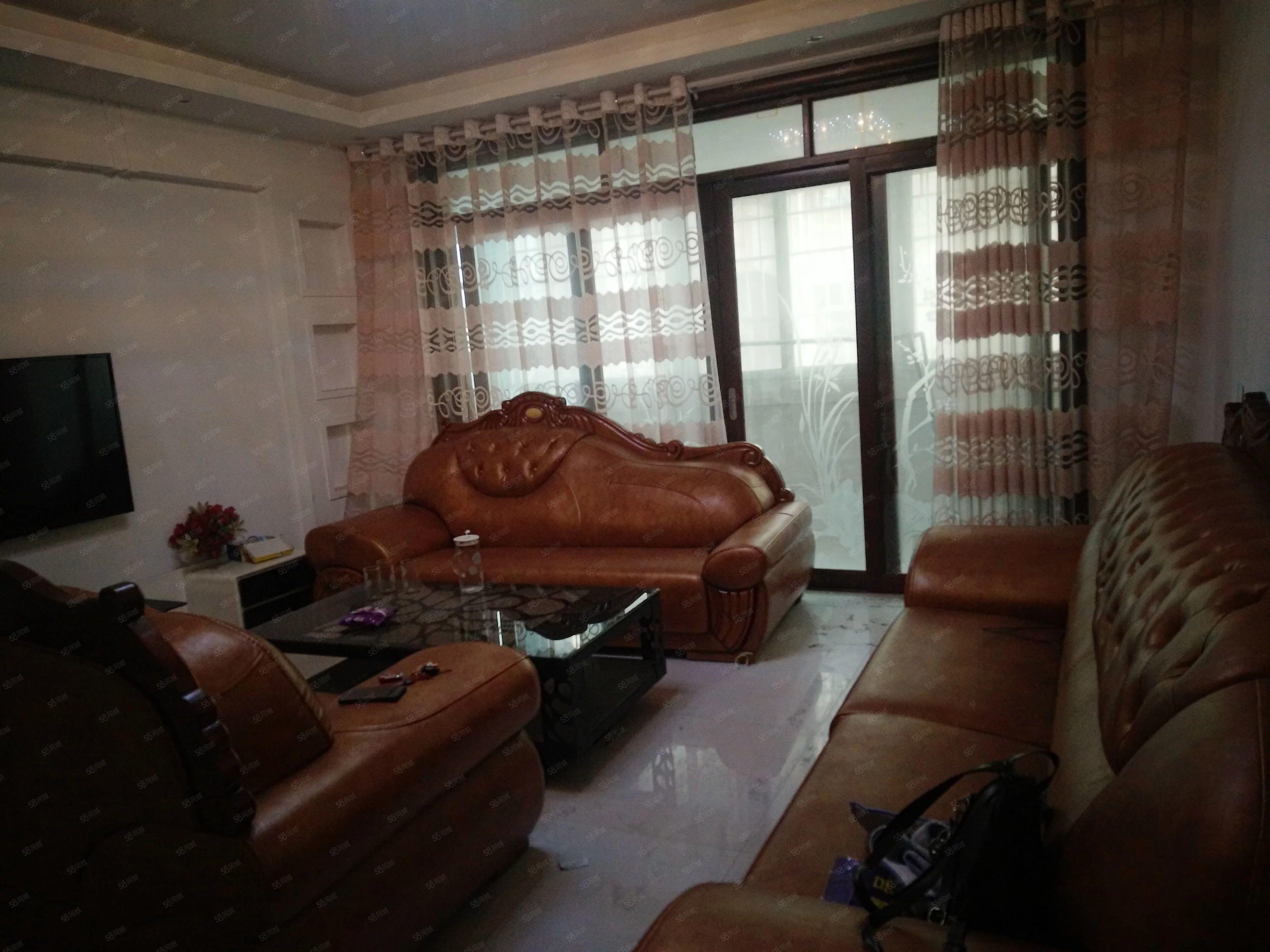 标准大三室两厅两卫拎包入住环境优美很适合居住比较安静