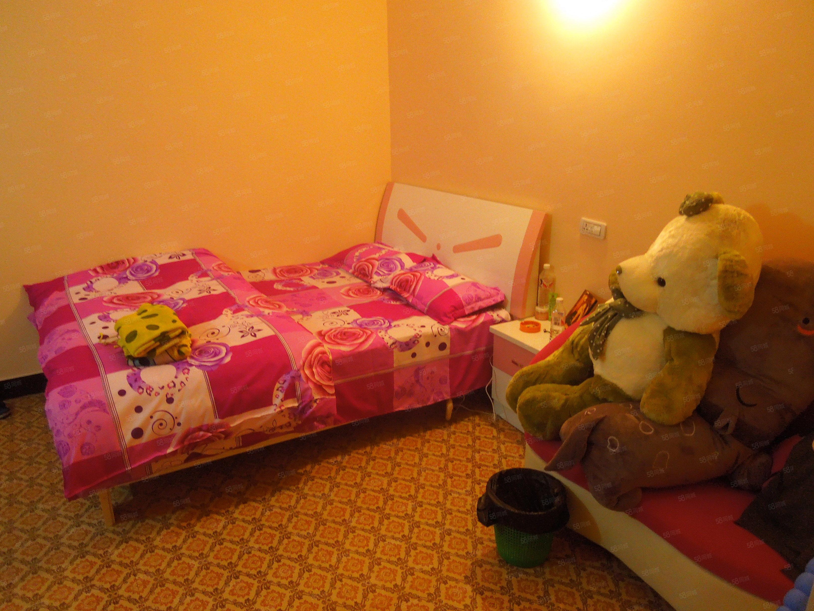 金滩广场单身公寓房,带空调和冰箱租金便宜还有个小飘窗!
