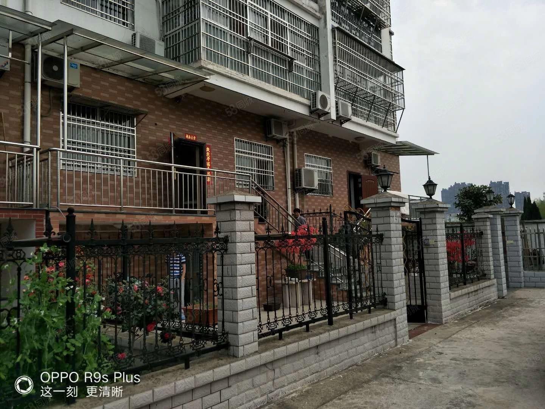 复式别墅、230平米,有车库、有院子、180万。