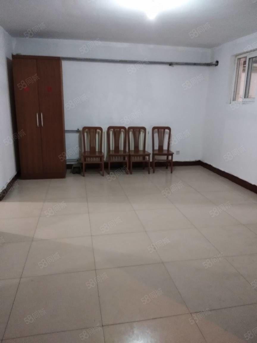 公安局5楼3室1厅100平,家电齐,1200元。