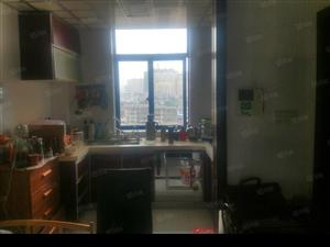 赣东大道江南春晓小复式房,现就读抚州市试验学校。