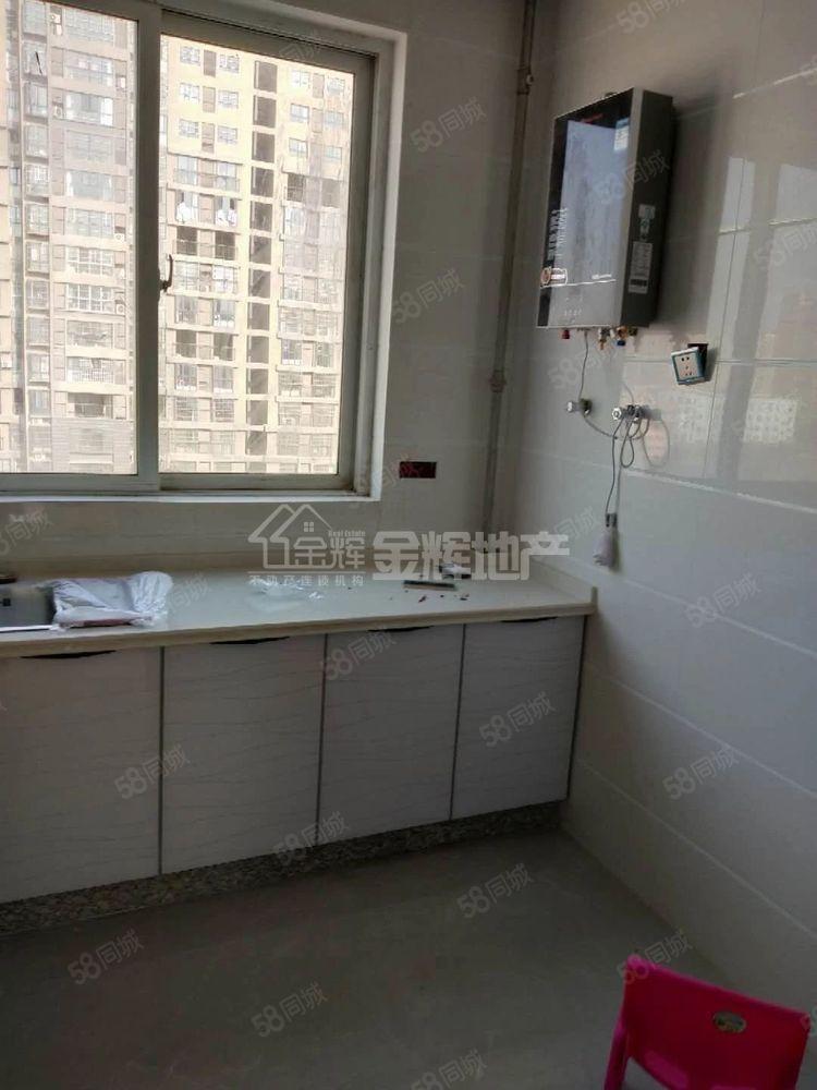 房子是电梯房中层三室两厅家具家电齐全可拎包入住看房方便