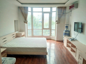 广齐广场,一室一厅,精装,一年13000元,可半年付。