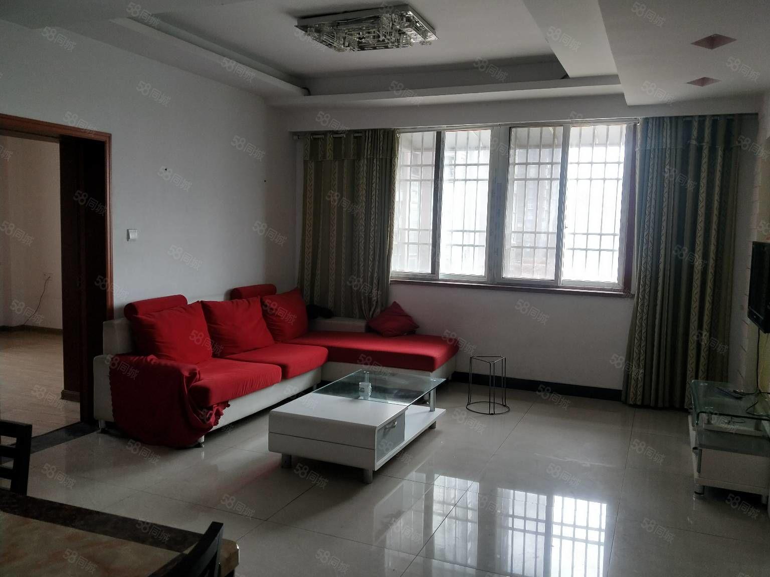 新出精装单元房蓝鼎二期附近三室两厅家具家电齐全。