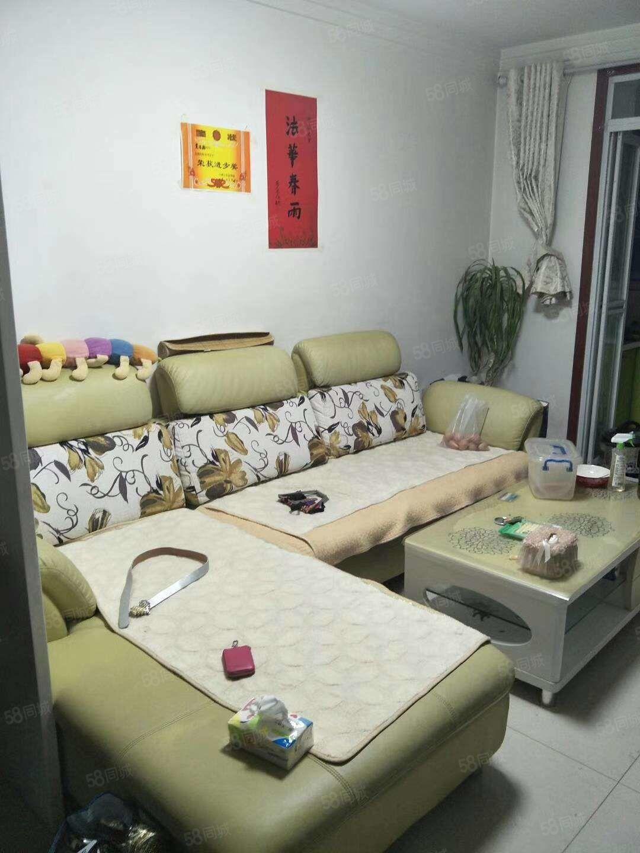 惠民小区有精装房出租,55平米,3层,一个月900元家具家电