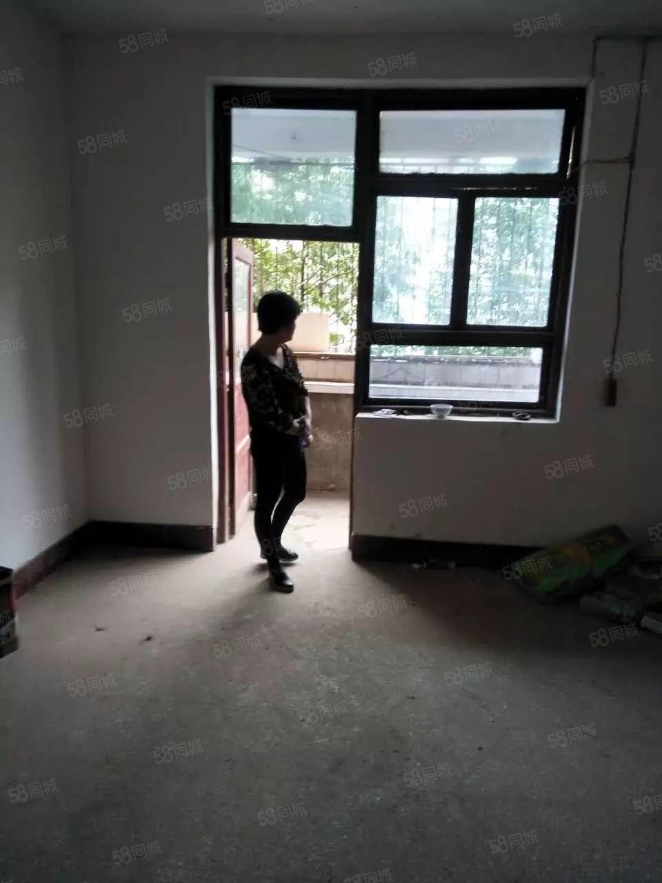 文化街,进修学校,有一套住房急需出售,有意者来电了解