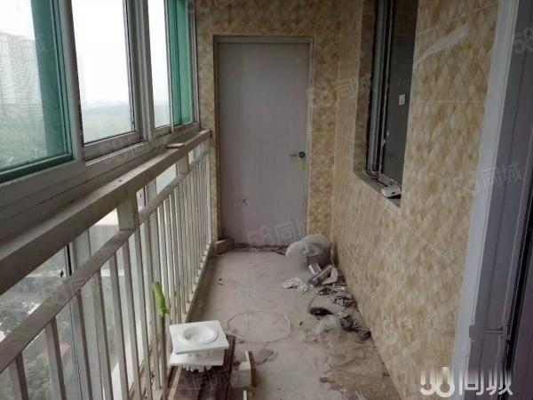 左岸丽都公务员小区简装修三居室,真实图片,随时看房,价格可议