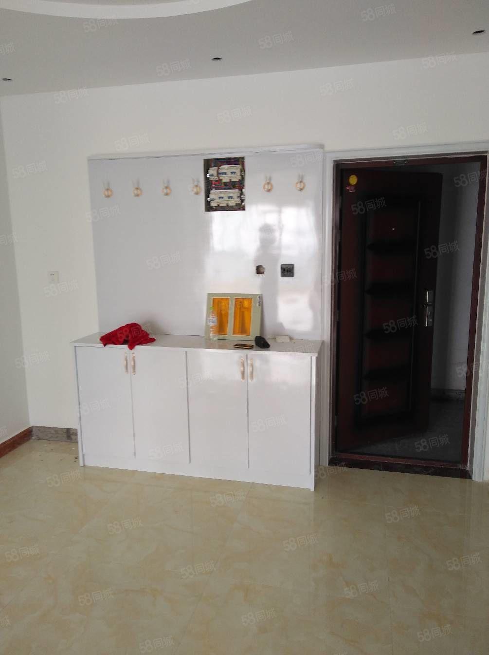 铂金豪庭。三室两厅两卫,精装修,拎包入住。