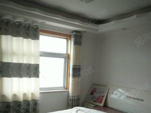 该房屋刚刚出来,室内中等装修,主卧有床。