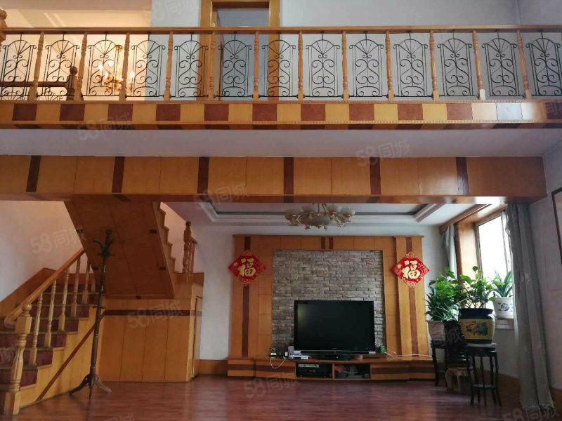 楼层适中,客厅宽敞明亮。