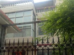 火车站附近别墅三间三层精装有院