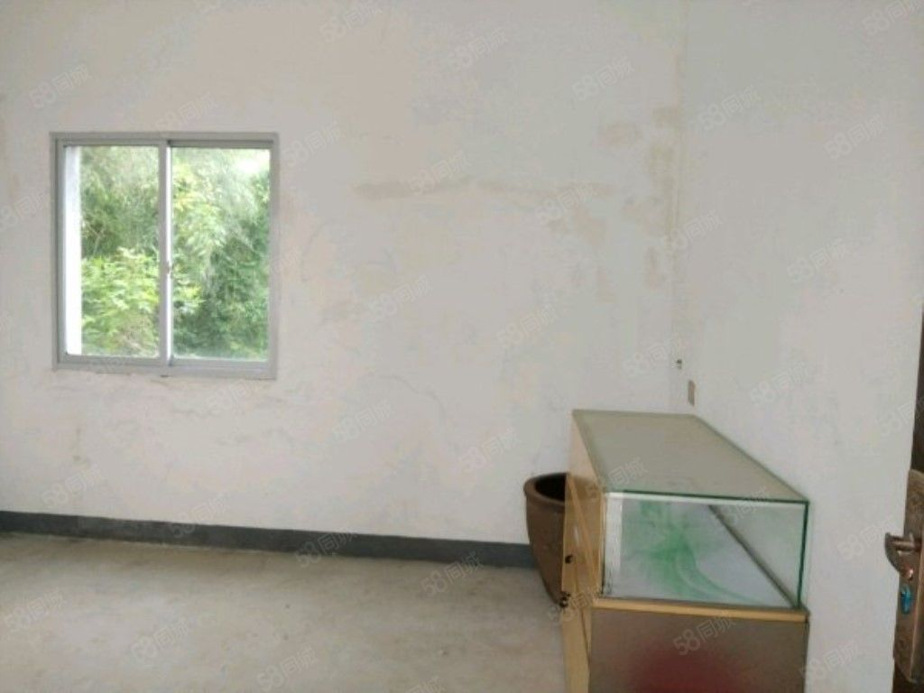 该房在南门口三中附近租金便宜交通便利有大院子有独立的厨房