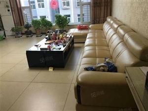 宏盛小区精装修大红本3居室大客厅