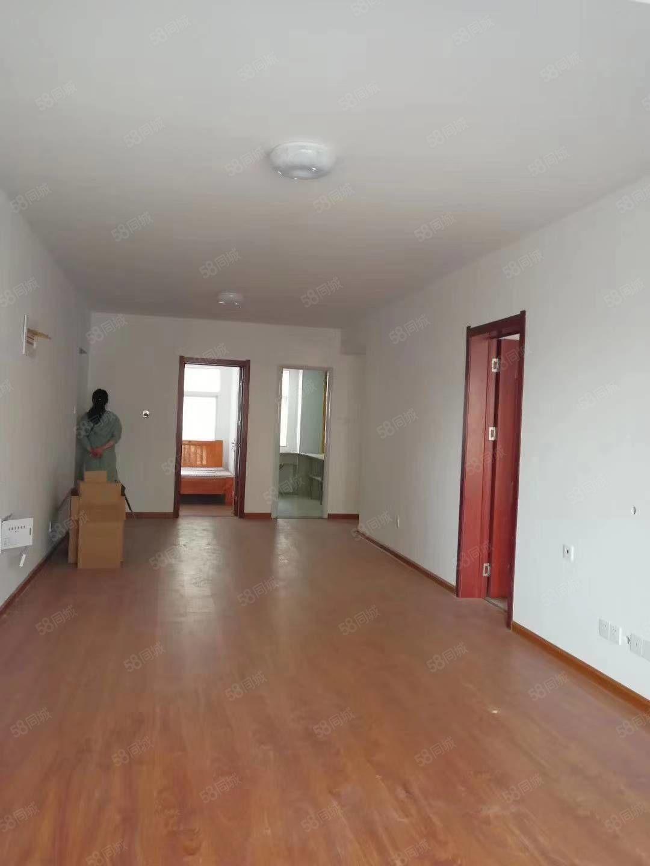出租左岸小镇四室两厅一厨两卫拎包入住空调热水器沙发床全配