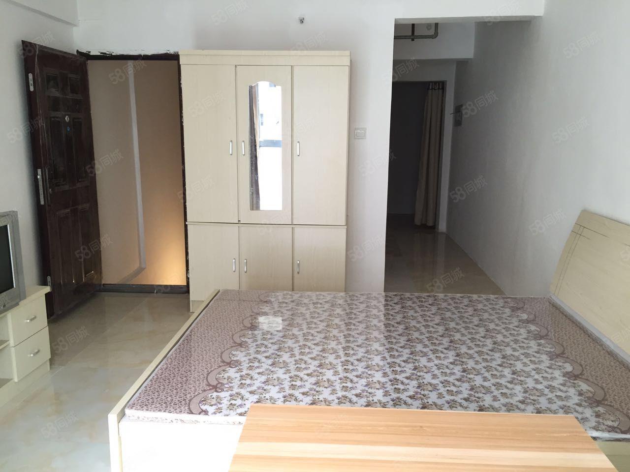 万景峰精装公寓有空调无中介可月付房间里有2个卧室