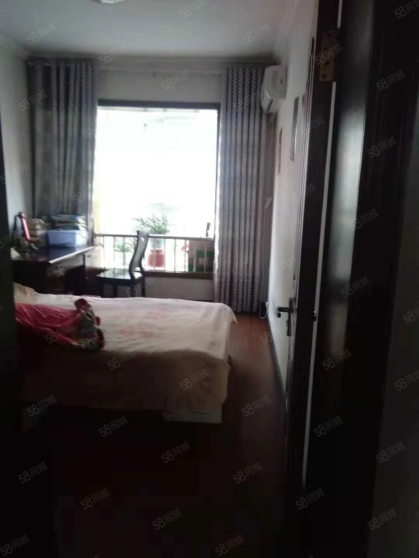焦南巷一楼带院子三室一厅精装拎包入住