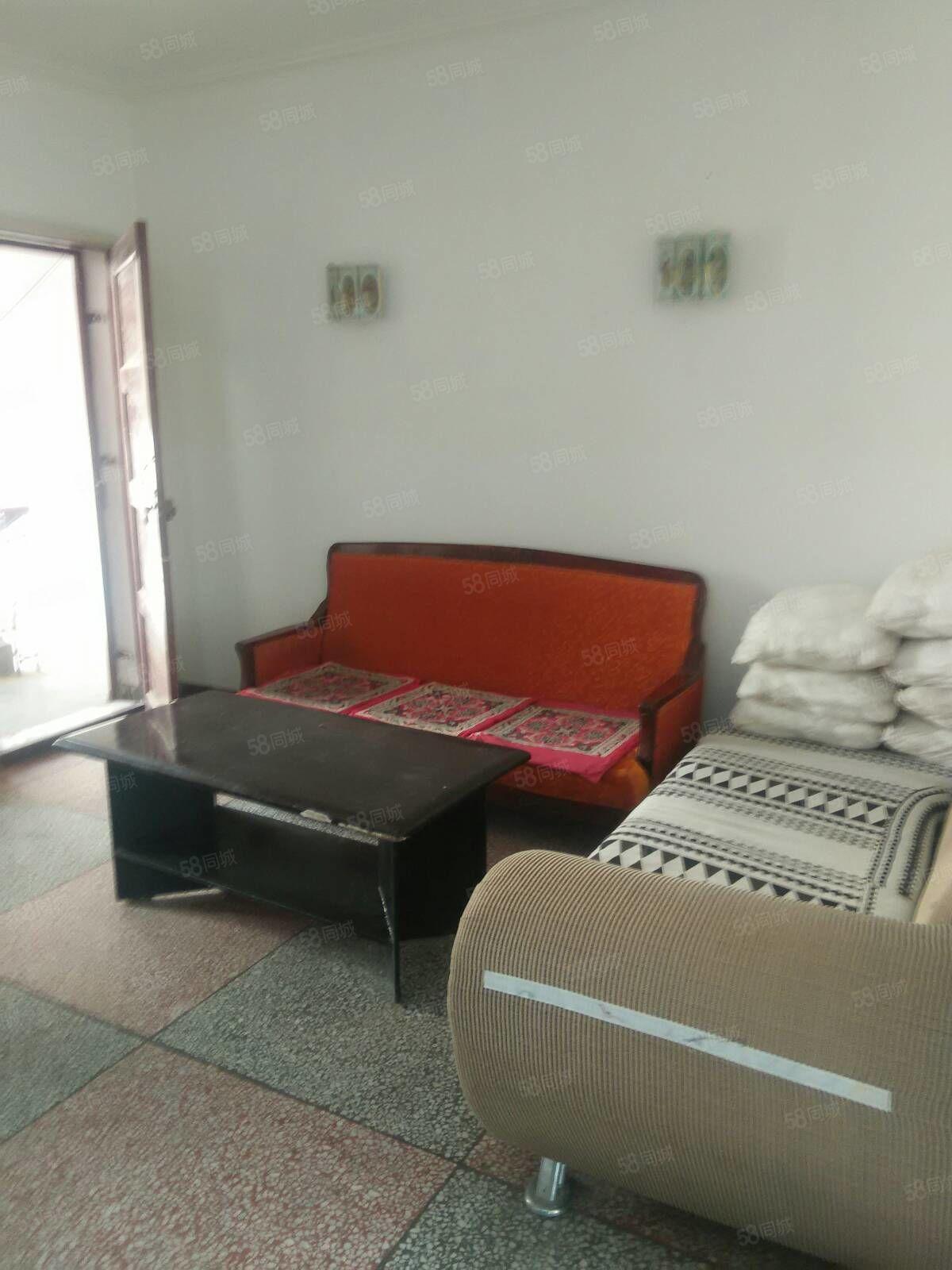南关汽车站附近3楼72平三室带家具有热水器