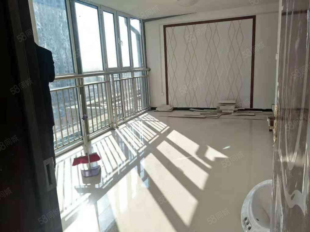 昌隆御景苑顶层阁楼两室两厅一卫新装未入住随时看房