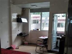 汽车北站附近新华园小区电梯隔套单身公寓出租。