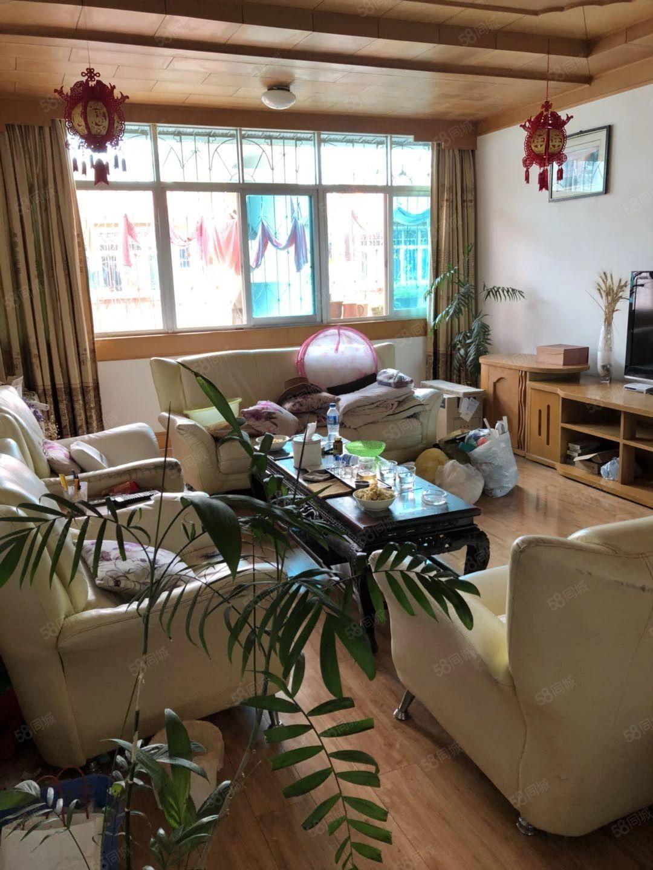 缅桂路三号116平简单装修带家电家具出售2500的单价格