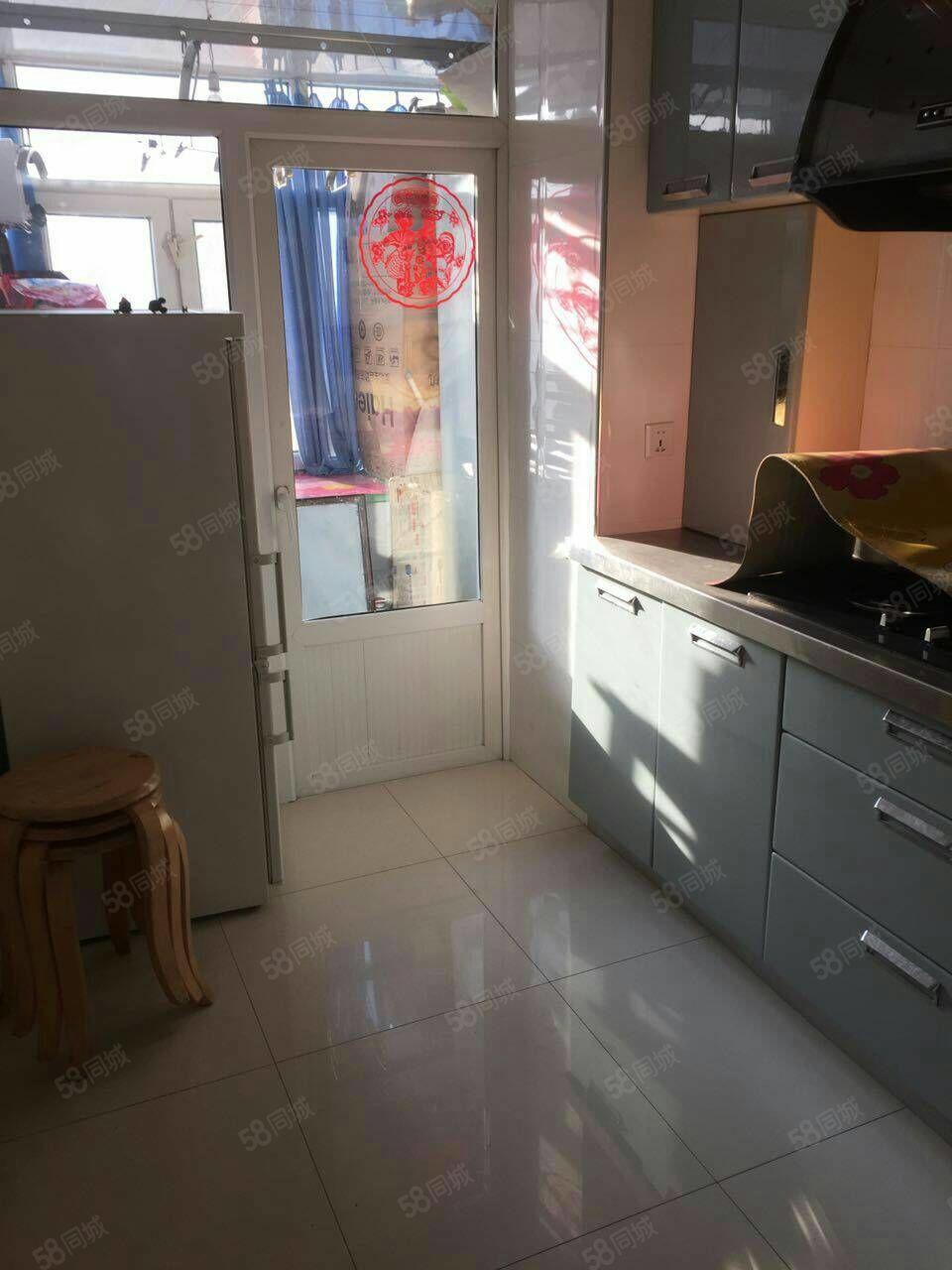 景新小区,两室一厅,格局板正,中等装修。