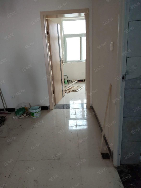 必发365乐趣网投第三实验三小对面新装修未入住,两室两厅一卫采光好。