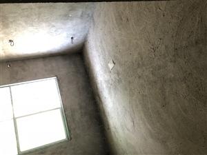 西站楼梯房中层,毛坯115平,三室一厅无证,采光好。