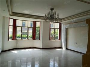 一楼带院,上下三层大面积别墅,厨房卫生间正常使用!随时入住!