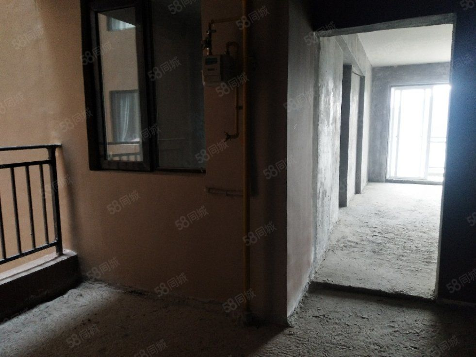 麒龙国际电梯毛坯三室两厅带双阳台