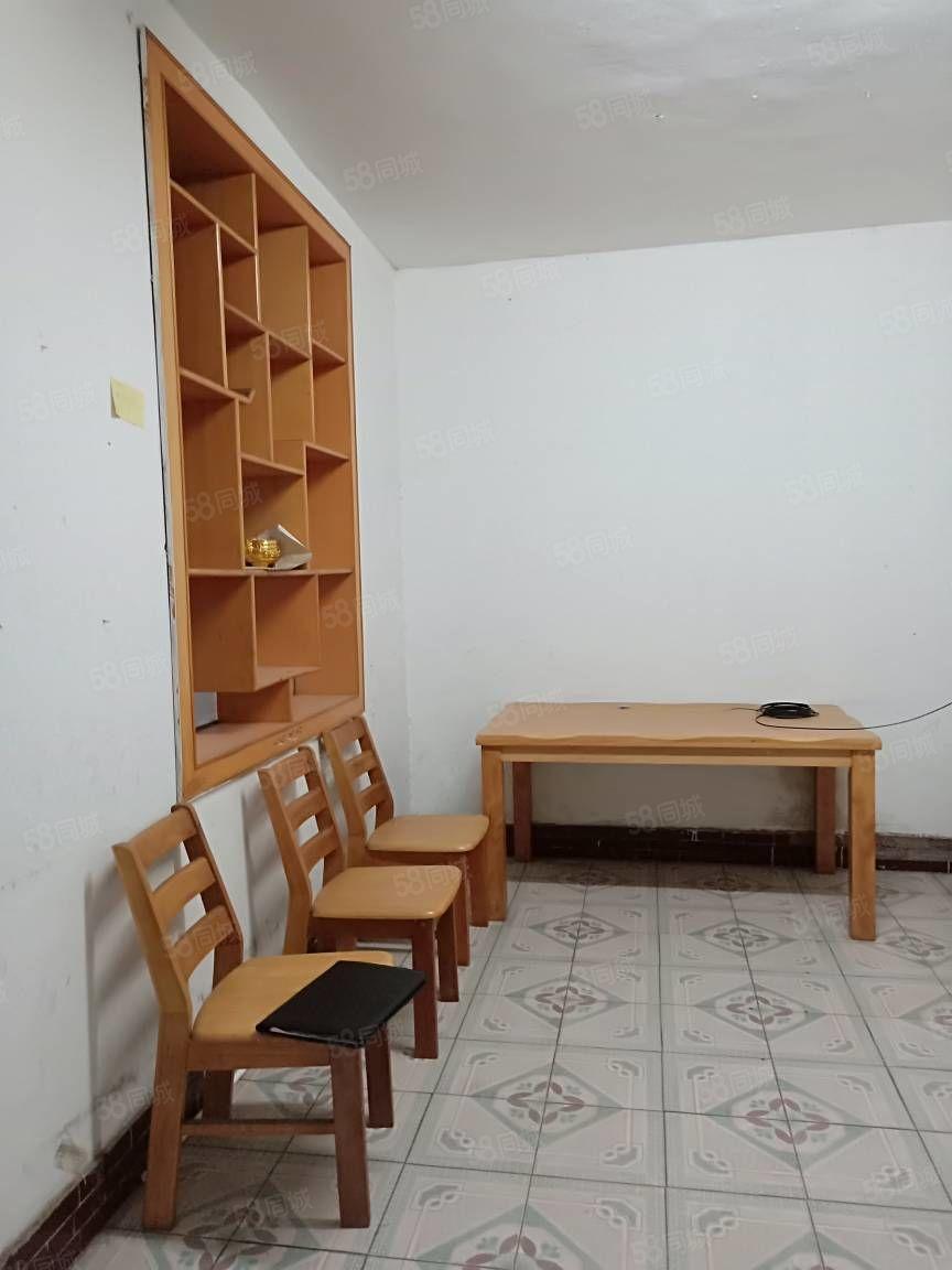 出租二小附近旁边二楼两室一厅一厨一卫拎包入住靠路边