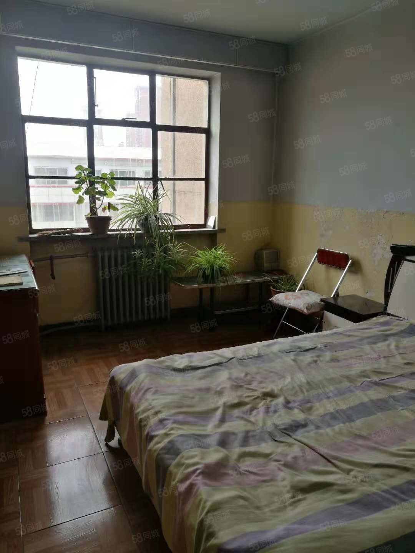出租供销社3楼3室1厅1卫,带家具,可半年租,年租1万