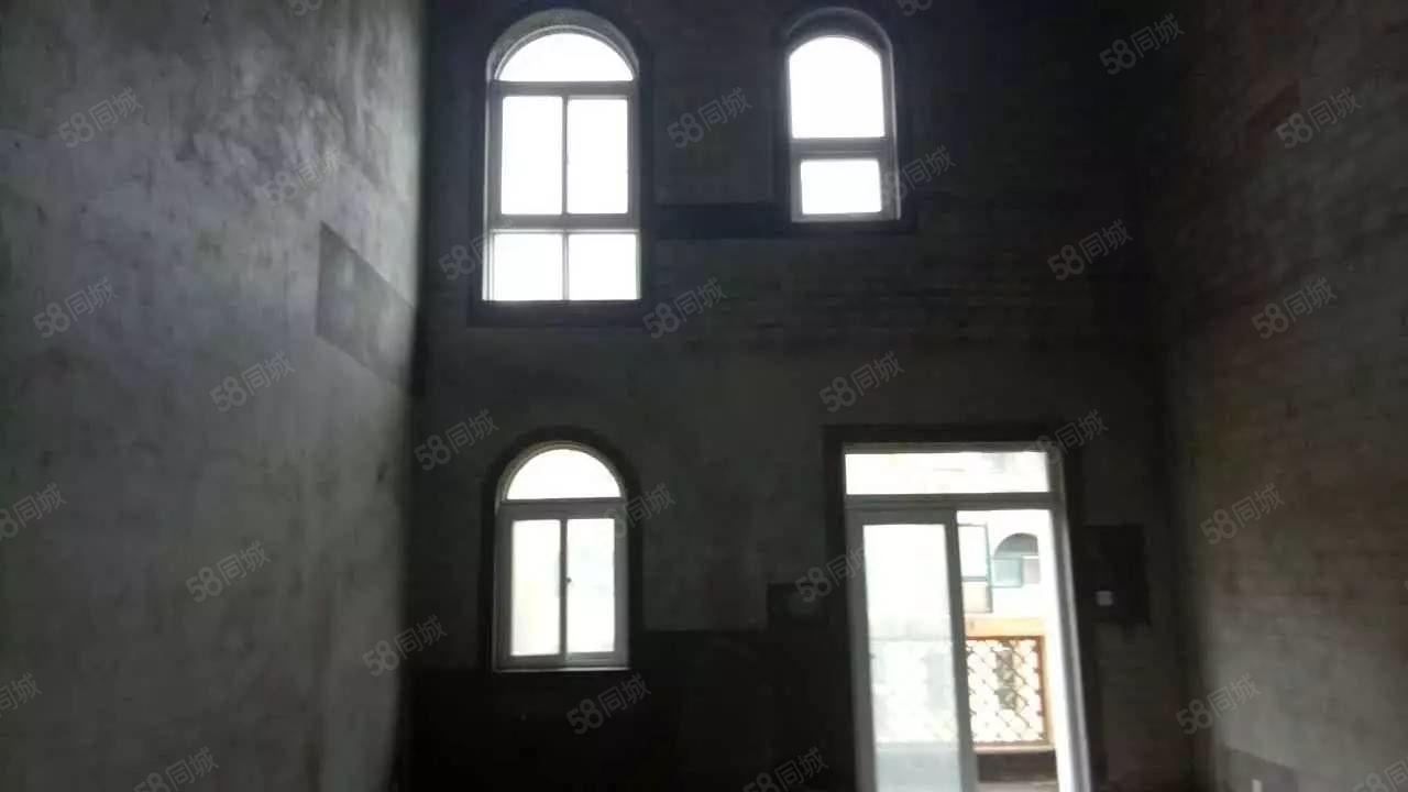 建业一二楼复式,带一个大院南北通透,有证能按揭,随时看房