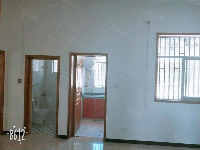 该房位于皖潜大道蓝鼎附近交通方便三楼层可以房东诚心出售采光好