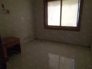 单间。里面有电视,空调。卫生间。空调。床。桌子
