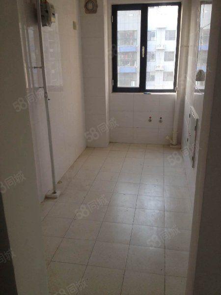 眼明泉北区3楼116平三室带家具楼下停车配套房!