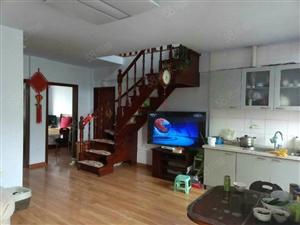 五楼带阁楼,3室2厅2卫。南北通透,精装修。不临不冷无大税。