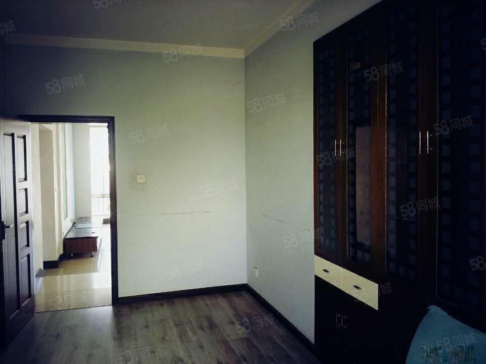 树惠园2500元4室4厅4卫精装修,房源哦!