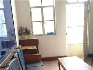 三楼套房三室一厅一厨一卫简装修