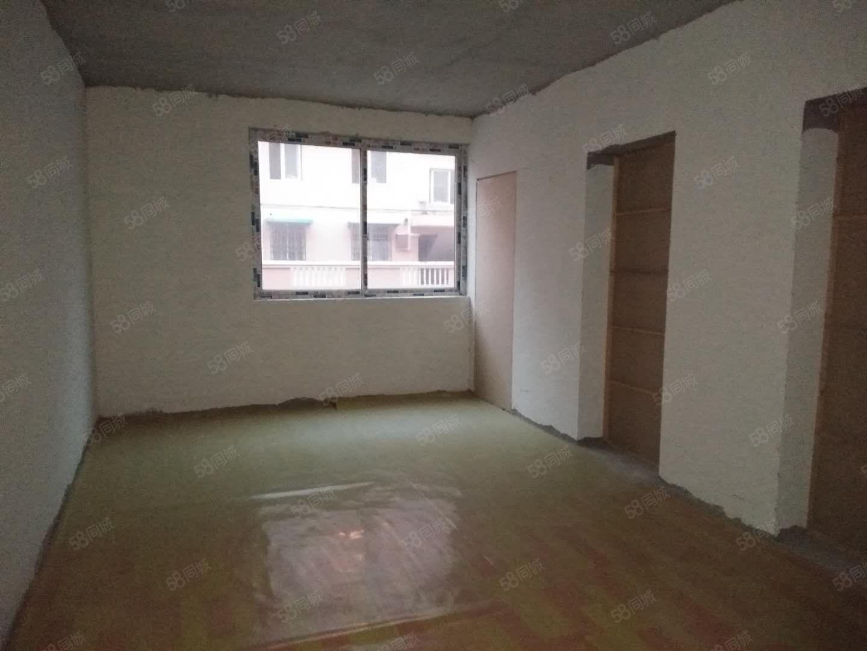三合大市场三室简单装修可出租三年左右的