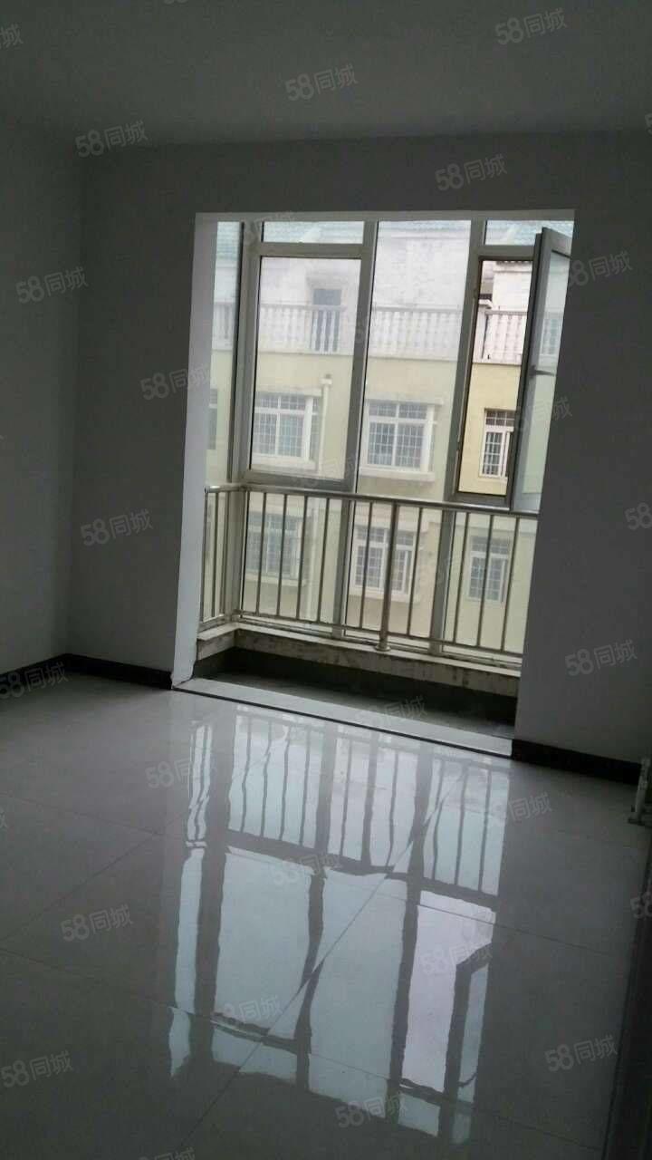 三室两厅一卫简单装修。整体厨房卫浴。
