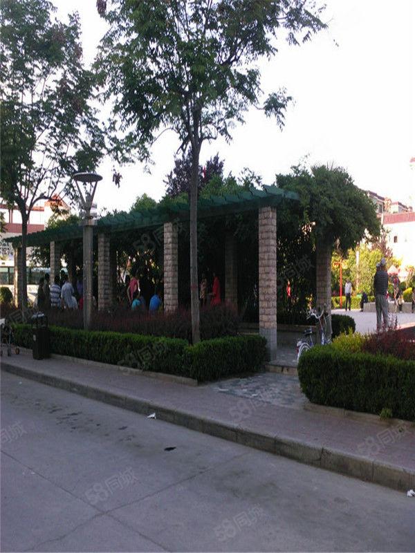 航花园中心位置联排别墅带前后花园诚心出售