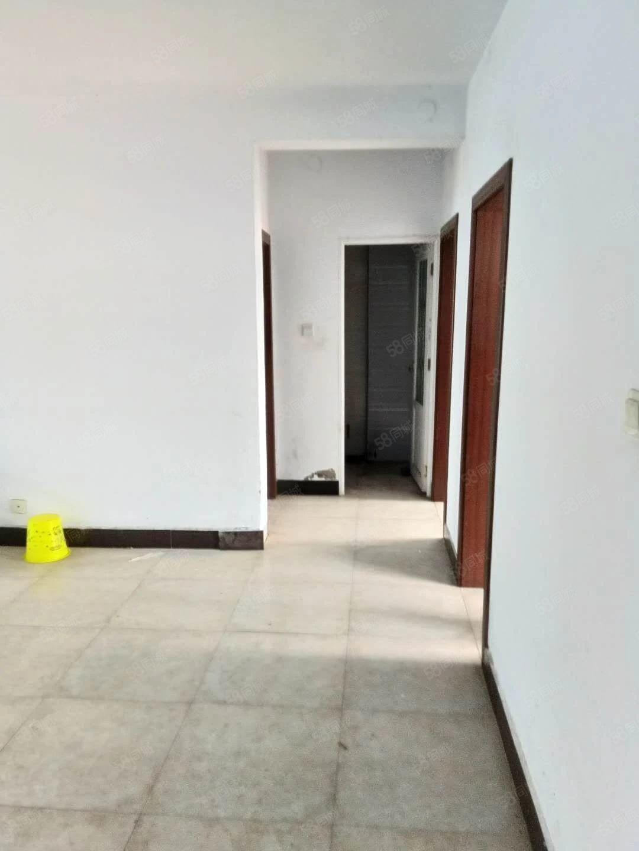 圣鼎上城三室,多层四楼,有证可以按揭,简单装修。别错过