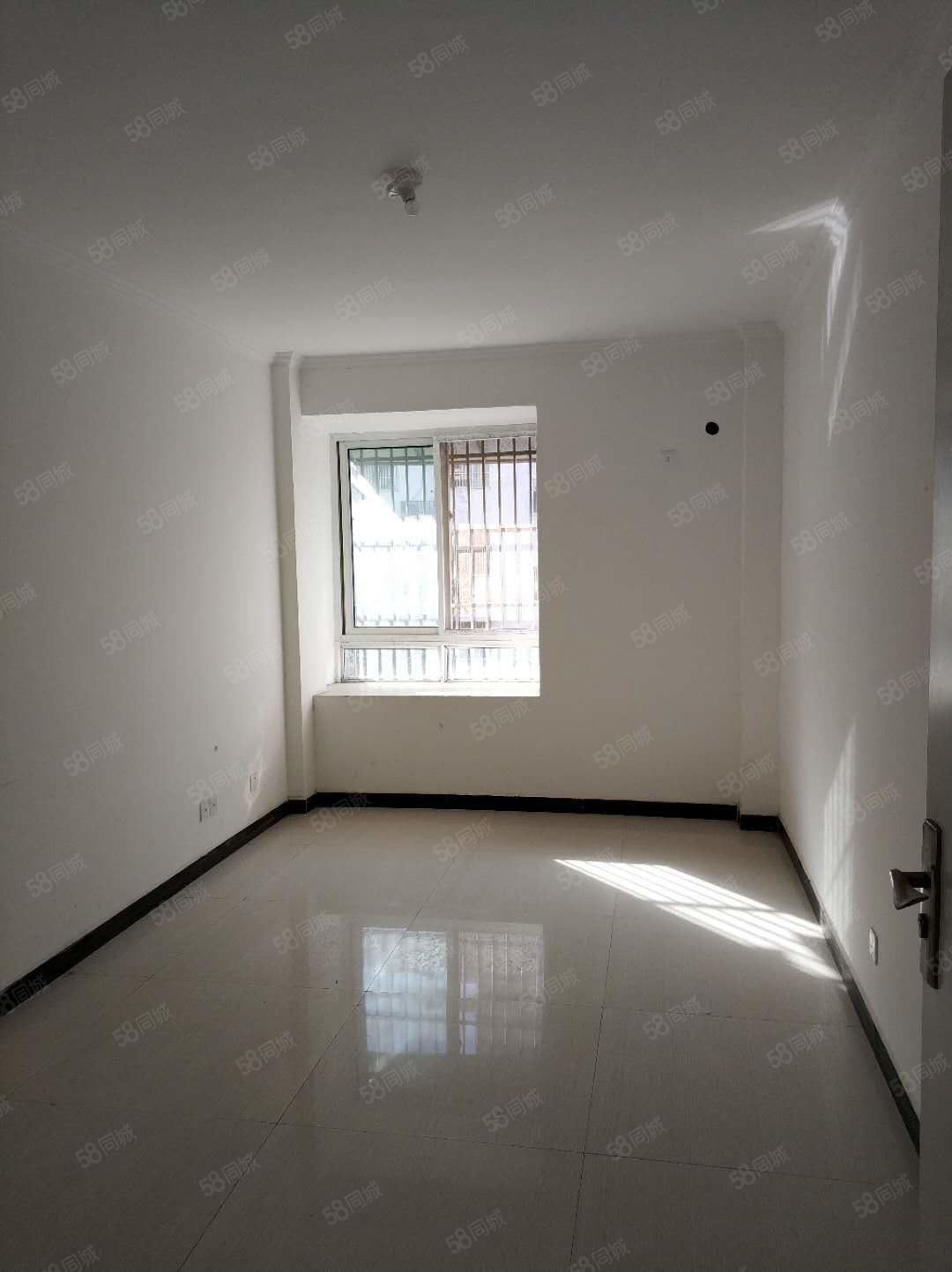 学校区房花都小区四室两厅简单装修随时看房