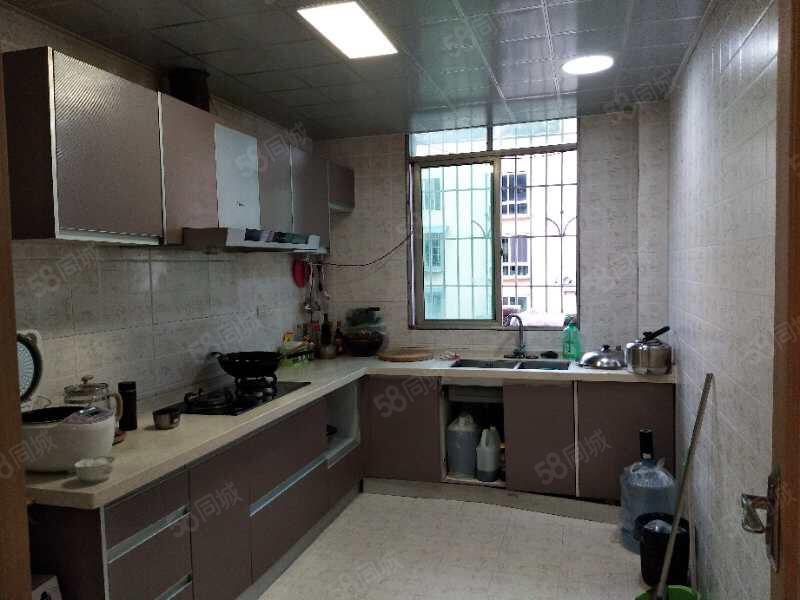 市政府旁,两室两厅一卫,精装修,家具家电齐全拎包入住。