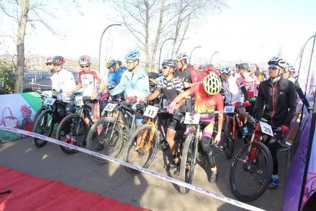 """第二届西街口""""人参果杯""""自行车越野挑战赛引来200余名车手竞逐"""