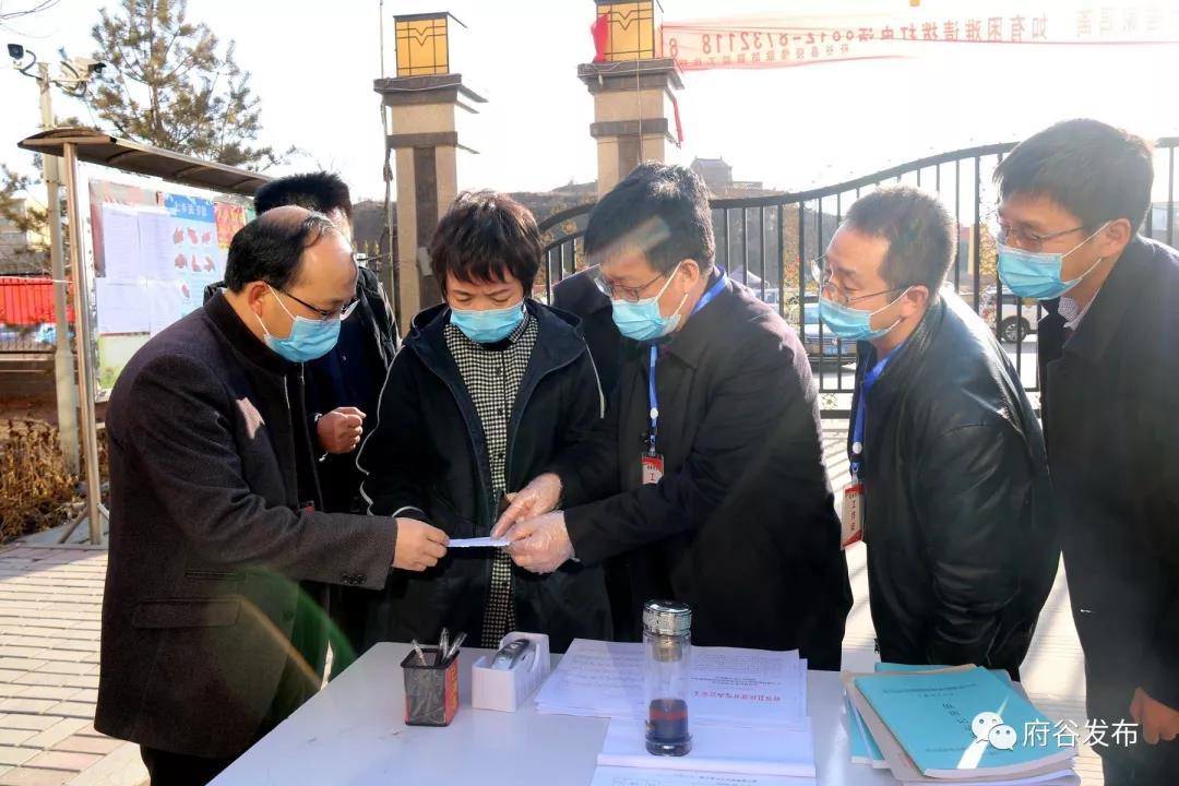县政协主席杨艾霞到城区部分社区(小区)卡口检查疫情防控工作